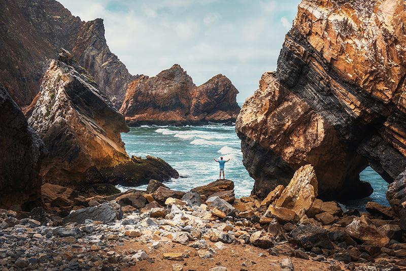 Twarzą w twarz z żywiołem – sesja zdjęciowa na Praia da Ursa, Portugalia + Tomasz