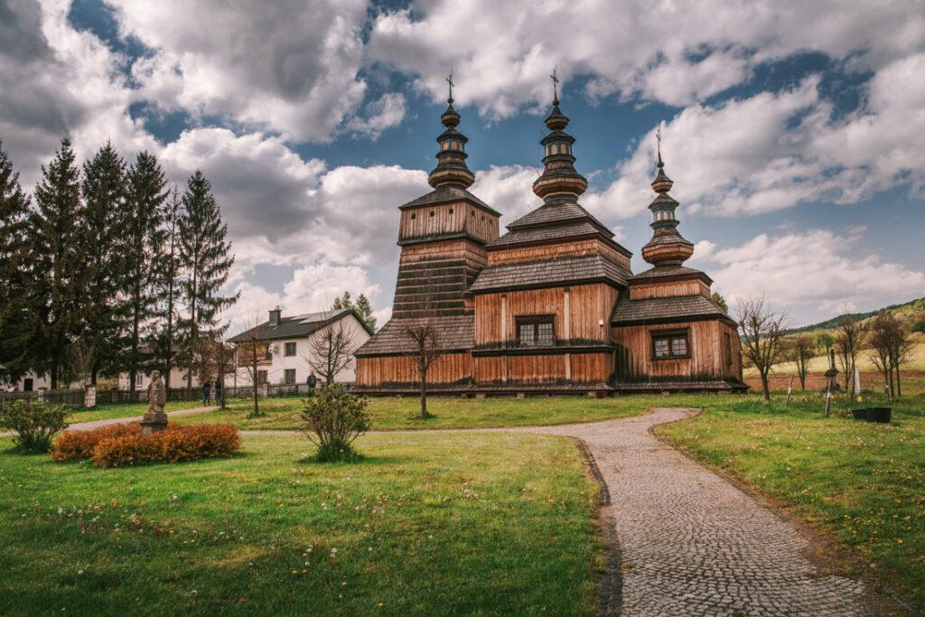 Beskid Niski drewniane cerkwie. Cerkiew św. Kosmy i Damiana w Krempnej