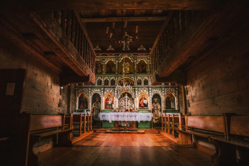 Beskid Niski drewniane cerkwie. Cerkiew św. Kosmy i Damiana w Krempnej - wnętrze i ikonostas.