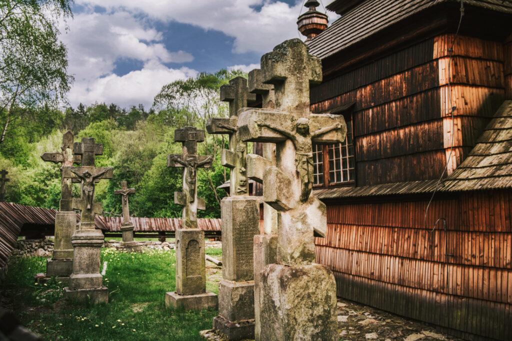 Beskid Niski drewniane cerkwie. Cerkiew świętych Kosmy i Damiana w Kotani - lapidarium