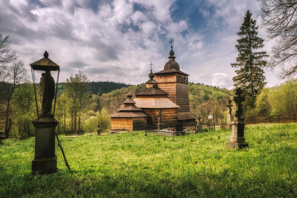 Beskid Niski drewniane cerkwie. Cerkiew pod wezwaniem Opieki Matki Bożej w Wołowcu