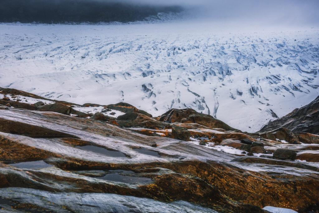 Aletschgletscher - najdłuższy lodowiec Alp. Szczeliny lodowcowe.