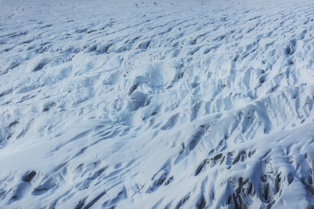Szczeliny lodowcowe na powierzchni Aletschgletscher.