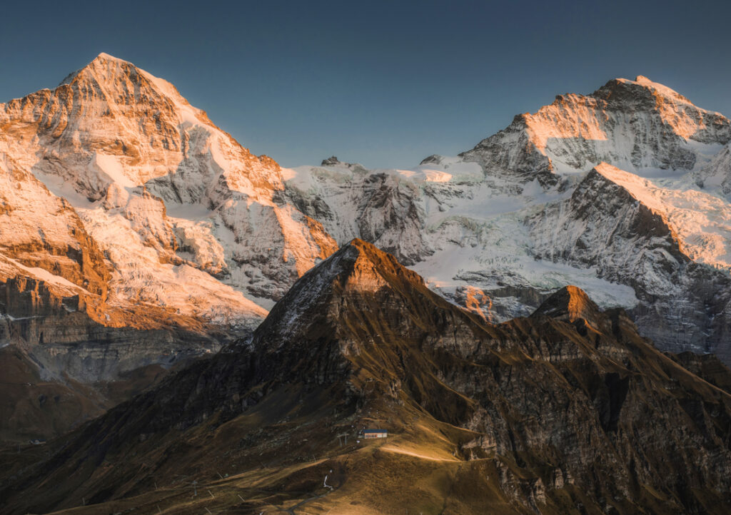 Panorama czterotysięczników Mönch oraz Jungfrau