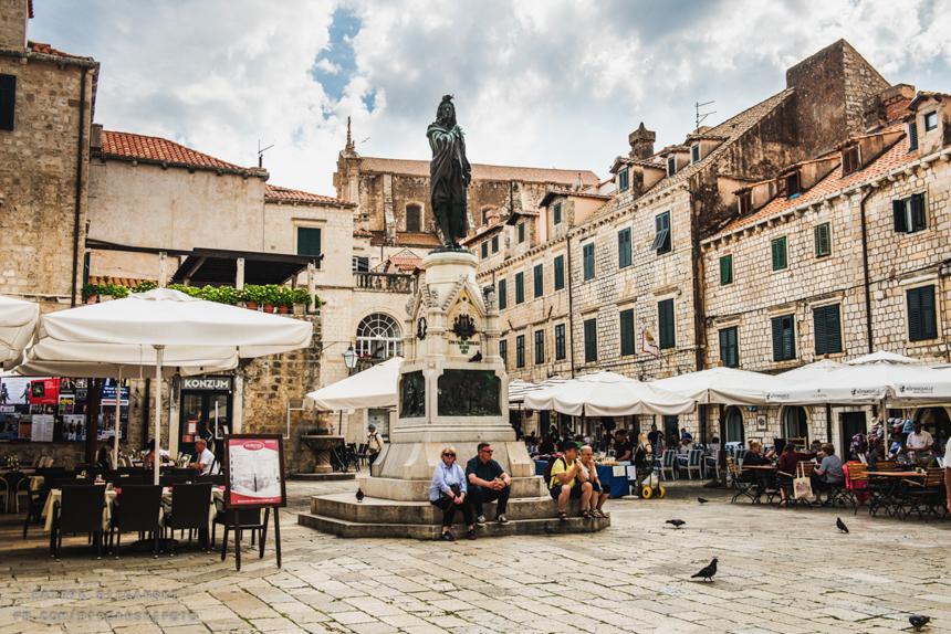 Wybrzeże Chorwacji, co warto zobaczyć w Chorwacji. Podróż przez Bałkany samochodem. Dubrownik - ulica Stradun. Największe atrakcje Dubrownika, co warto zobaczyć w Dubrowniku.