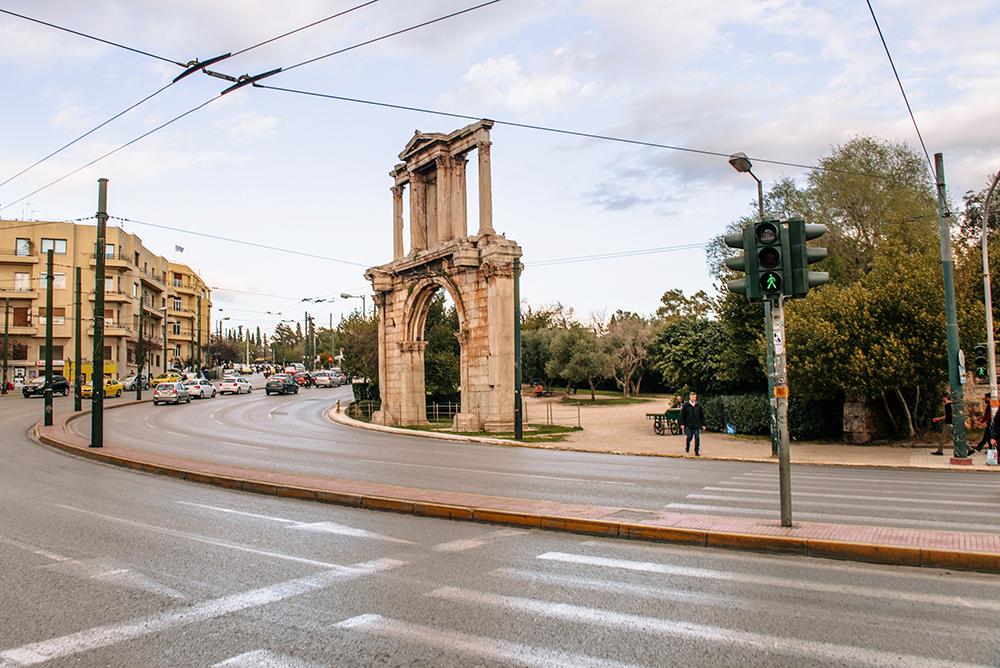 Największe atrakcje Aten. Co warto zobaczyć w Atenach - Łuk Hadriana
