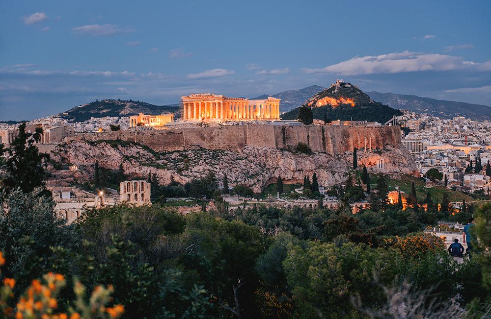Panorama Aten po zachodzie słońca. Na zdjęciu widoczny Akropol oraz Likavitos. Co warto zobaczyć w Atenach - największe atrakcje Aten.