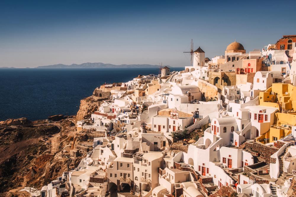 Co zobaczyć na Santorini? Największe atrakcje. Panorama miejscowości Oia z bizantyjskiej twierdzy.