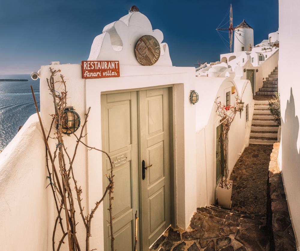 Co zobaczyć na Santorini? Wiatraki w Oia.