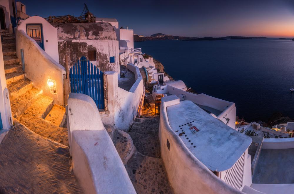 Co zobaczyć na Santorini? Największe atrakcje Santorini. Uliczki w miejscowości Oia.
