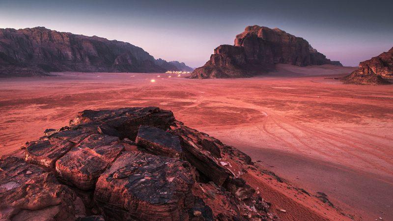 Pustynia Wadi Rum w Jordanii: trekking, dojazd, biwak oraz mapa szlaku. Co zobaczyć na Wadi Rum?