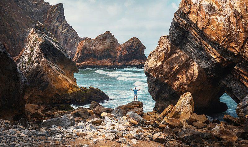 Twarzą w twarz z żywiołem – sesja zdjęciowa na Praia da Ursa, Portugalia + Tomasz (Vogue)