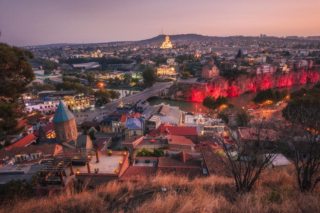 Największe atrakcje Tbilisi, co warto zobaczyć w Tbilisi? Panorama Tbilisi z Narikali