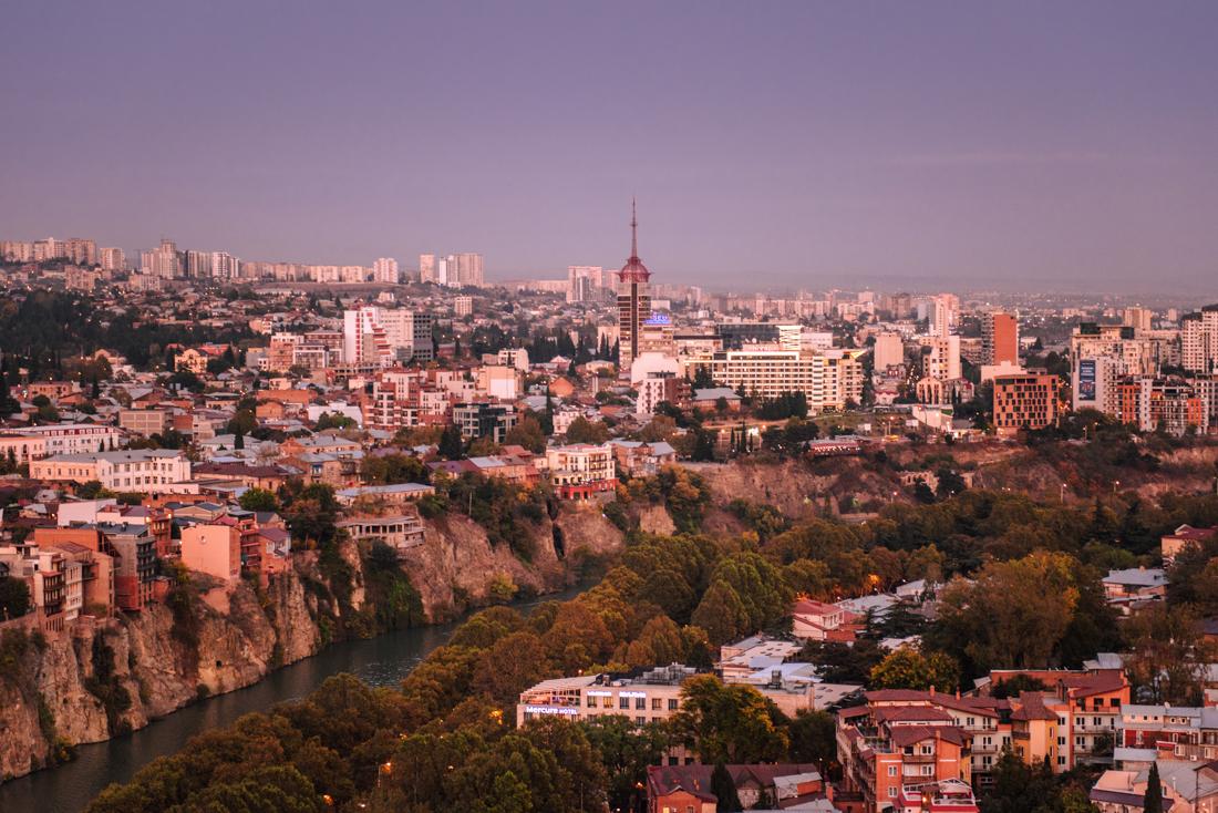 Największe atrakcje Tbilisi, co warto zobaczyć w Tbilisi? Panorama Tbilisi z fortu Narikala