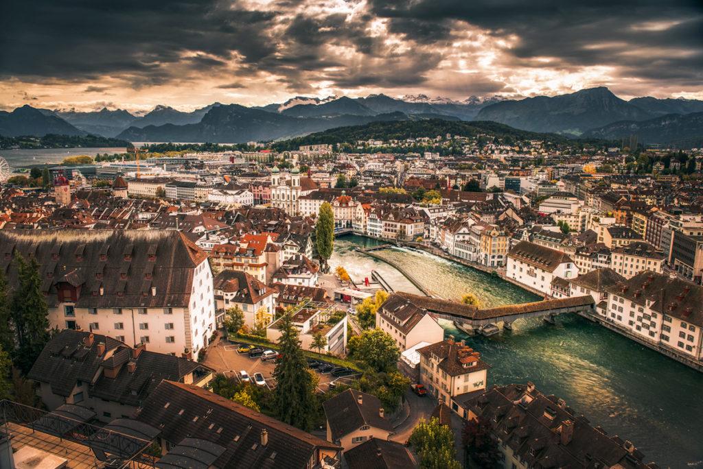Panorama Lucerny z Alpami w tle.