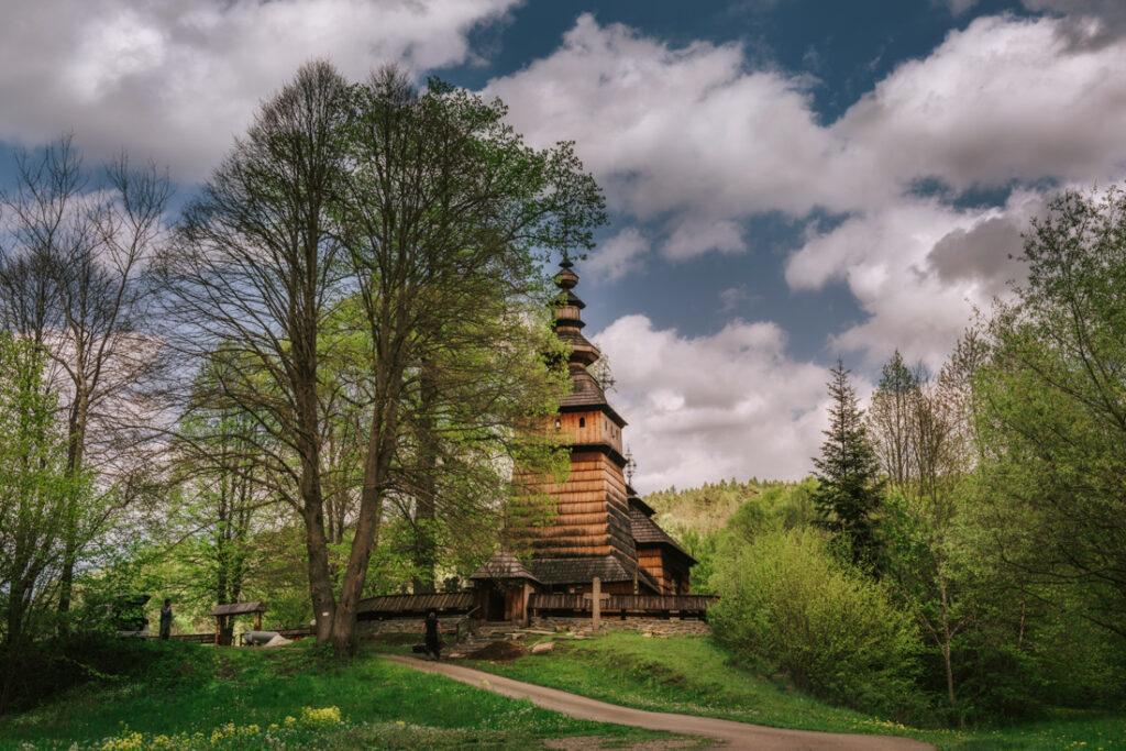 Beskid Niski drewniane cerkwie. Cerkiew św. św. Kosmy i Damiana w Kotani
