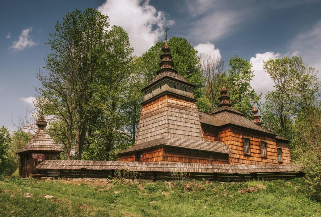 Beskid Niski drewniane cerkwie. Cerkiew Świętych Kosmy i Damiana w Bartnem