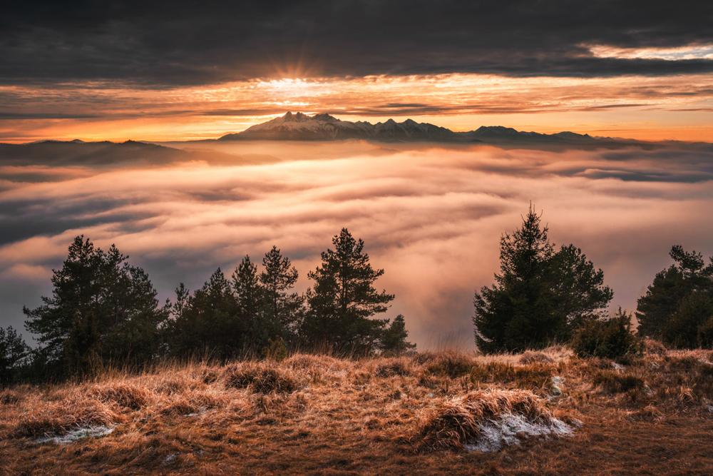 Panorama Tatr o mglistym zachodzie słońca, Wysoki Wierch, Pieniny.
