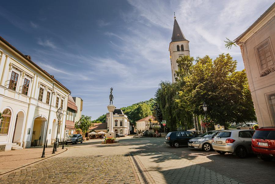 Co warto zobaczyć: winnice, wino, miasto Tokaj. Kościół w Tokaju. Plac Kossutha.