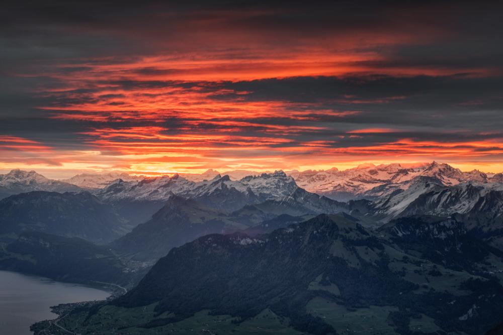 Ognisty wschód słońca oglądany z Pilatusa
