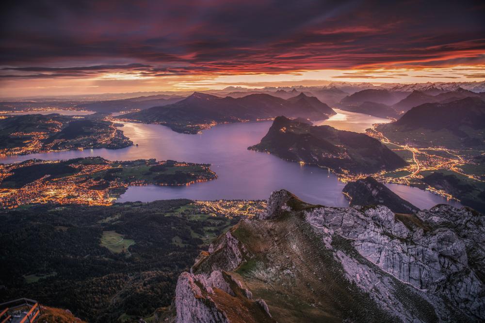 Jezioro Czterech Kantonów i Lucerna o wschodzie słońca z Pilatusa