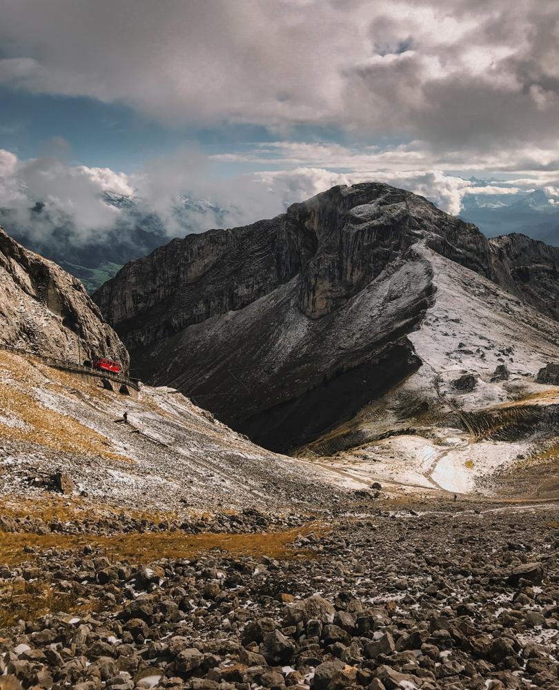 Najbardziej stroma kolejka zębata świata. Pilatusbahn. Największe atrakcje Szwajcarii.