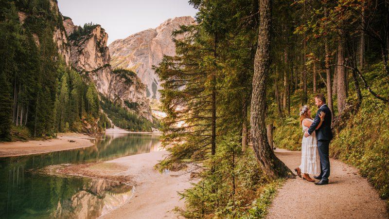 Sesja ślubna nad Lago di Braies w Dolomitach z Anią i Michałem (Vogue)