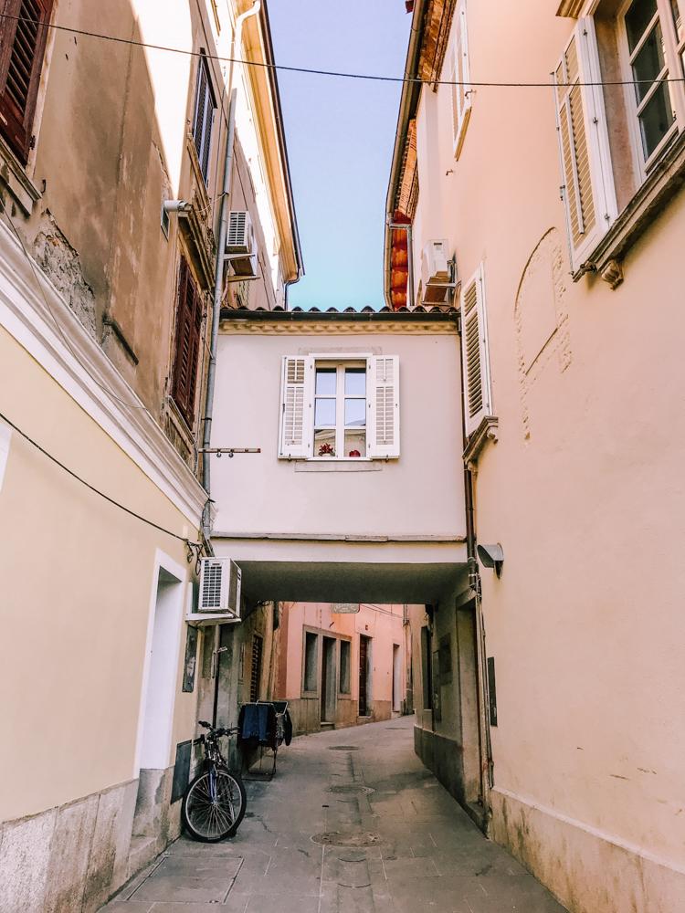 uliczka w Izoli, architektura Izoli, co warto zobaczyć w Izoli