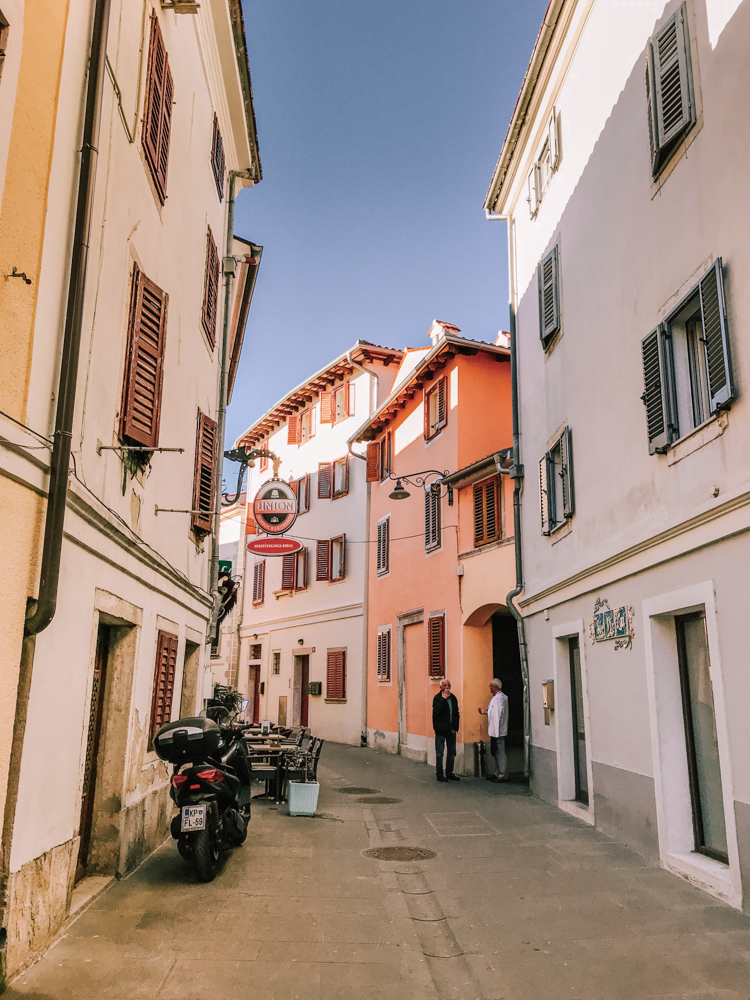 co warto zobaczyć w Słowenii, uliczka w Izoli, Słowenia, co zobaczyć w Izoli